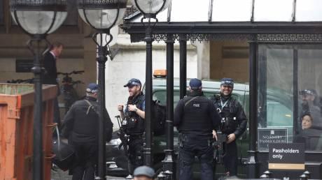 Συναγερμός στο Λονδίνο μετά τον εντοπισμό «ύποπτου» πακέτου στο Κοινοβούλιο