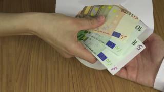 Οι υψηλοί φόροι συντηρούν τις «μαύρες» συναλλαγές με μετρητά