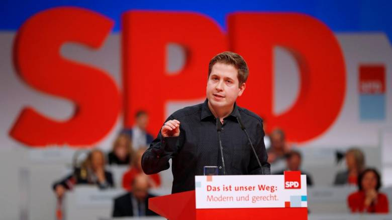 Ο ηγέτης της νεολαίας του SPD υψώνει το μεσαίο δάχτυλο στο κόμμα του και στη Μέρκελ