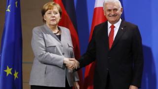 DW: Σε ψυχρό κλίμα η συνάντηση Μέρκελ-Γιλντιρίμ