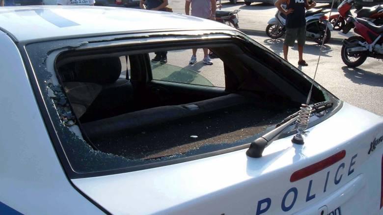 Αποκλειστικό: Ρομά επιτέθηκαν σε περιπολικά αυτοκίνητα στο Μενίδι