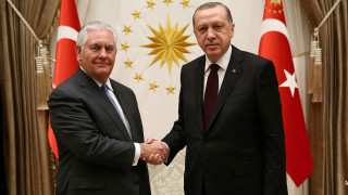 Προσπάθεια αποκλιμάκωσης της διμερούς έντασης στη συνάντηση Τίλερσον-Ερντογάν