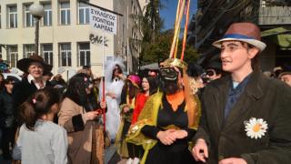 Απόκριες 2018: «Μπουλούκια» καρναβαλιστών κατέλαβαν τους δρόμους της Λάρισας