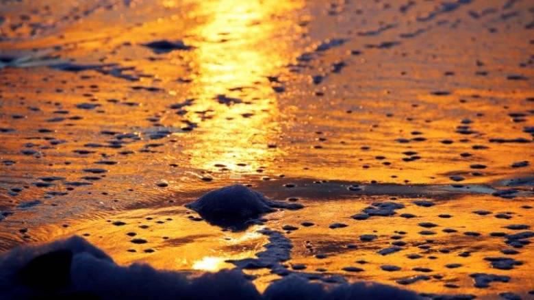 Βόλτα στην ειδυλλιακή δύση του ηλίου σε ακτή της Γαλλίας