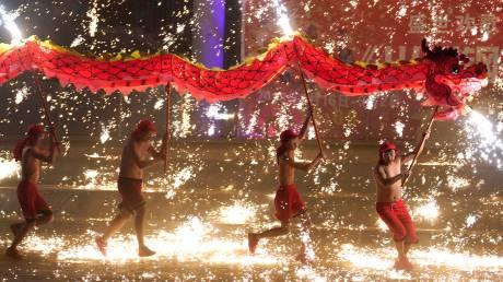 Χορός του δράκου κάτω από «πυροτεχνήματα» λιωμένου σιδήρου