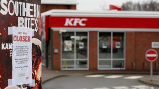 Ξέμειναν από κοτόπουλα τα KFC στη Βρετανία, κλειστά πάνω από τα μισά καταστήματα
