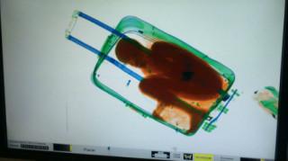 Πρόστιμο 92 ευρώ σε πατέρα που άφησε το παιδί του να περάσει τα σύνορα μέσα σε βαλίτσα