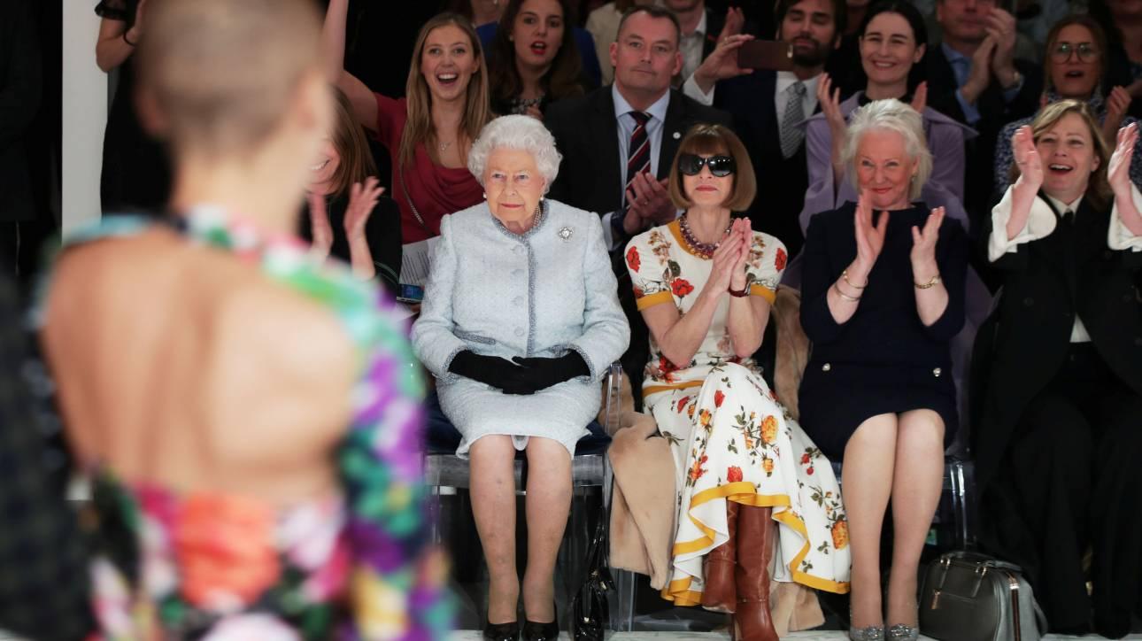 Στην Εβδομάδα Μόδας του Λονδίνου η βασίλισσα Ελισάβετ