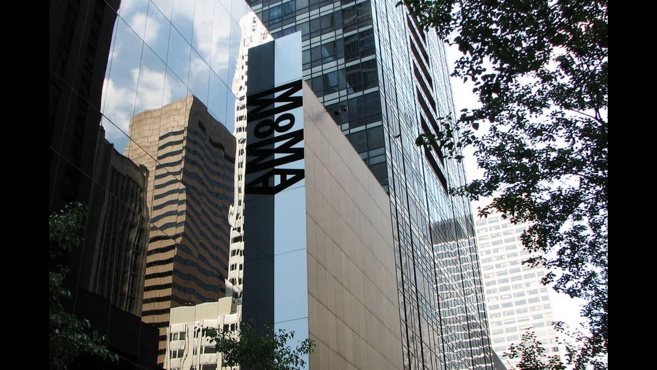 ΜoMa, Νέα Υόρκη -  Το Μουσείο της Σύγχρονης Τέχνης στη Νέα Υόρκη, είναι ίσως ένα από τα πιο ξακουστά μουσεία στον κόσμο. Αυτό το κτήριο που έχει σχεδιάσει ο Yoshio Taniguchi στο κέντρο της πόλης περιέχει τις συλλογές που επηρεάζουν περισσότερο τον κόσμο