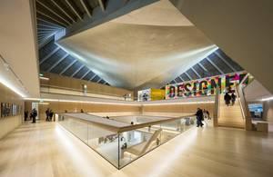 Design Museum, Λονδίνο - Το Design Museum του Λονδίνου άνοιξε πάλι τις πόρτες του για το κοινό τον Νοέμβρη του 2016 στο παλαιό Commonwealth Institute στην περιοχή του Kensington. Περιτριγυρισμένο από τα δέντρα του Holland Park, ένα μοντέρνα διακοσμημένο κ