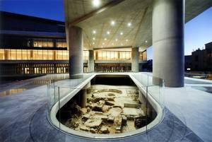 New Acropolis Museum, Αθήνα - Από το 2009 έως και σήμερα, αυτό το γυάλινο και φωτεινό μουσείο στον πεζόδρομο της Διονυσίου Αεροπαγίτου στο κέντρο της Αθήνας, θεωρείται ένα από τα καλύτερα μουσεία του κόσμου. Ο Ελβετός αρχιτέκτονάς του, Bernard Tschumi, δη