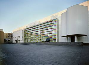 MACBA, Βαρκελώνη - Στο Σύγχρονης Τέχνης της Βαρκελώνης (ή αλλιώς Museu d'Art Contemporani de Barcelona) θα βρείτε κυρίως έργα Καταλανών και Ισπανών καλλιτεχνών των τελευταίων 60 χρόνων με μερικές προσωρινές εκθέσεις που αλλάζουν συνεχώς. Το κτήριο αυτό όμ