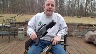 Ένας Αμερικανός καταστρέφει το AR-15 του και γίνεται viral
