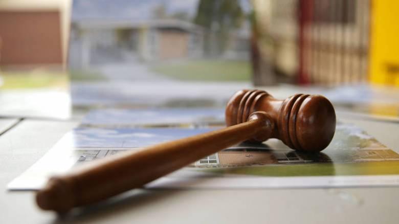 Πλειστηριασμοί: Το Δημόσιο «αποποιείται» βεβαρυμμένων ακινήτων