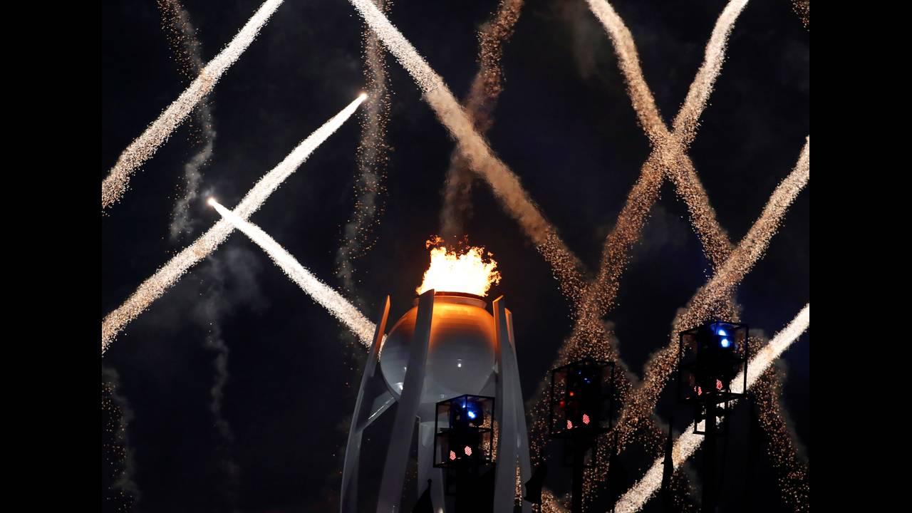 Οι Χειμερινοί Ολυμπιακοί Αγώνες στην Πιονγκτσάνγκ ξεκίνησαν στις 9 Φεβρουαρίου με μια φαντασμαγορική τελετή έναρξης. Ήταν η δεύτερη φορά που φιλοξενήθηκαν Ολυμπιακοί Αγώνες στη Νότια Κορέα, καθώς είχαν προηγηθεί οι θερινοί Αγώνες το 1988 στη Σεούλ.