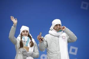 Στον απόηχο του σκανδάλου ντόπινγκ, η Ρωσία είχε αποκλειστεί από τους Χειμερινούς Ολυμπιακούς Αγώνες της Πιονγκτσάνγκ, όμως στους 169 αθλητές της επετράπη να αγωνιστούν, υπό τη σημαία της διεθνούς Ολυμπιακής Επιτροπής. Όμως δύο εξ αυτών, ο Αλεξάντρ Κρουσε