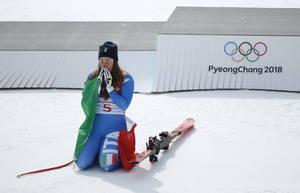 Η Ιταλίδα Σοφία Γκόγκια έχει μόλις κερδίσει την θρυλική Λίντσεϊ Βον, κι ετοιμάζεται να ανέβει στο ψηλότερο σκαλί του βάθρου για να της απονεμηθεί το χρυσό μετάλλιο. Η 25χρονη έγινε η πρώτη Ιταλίδα που κερδίζει χρυσό μετάλλιο στην κατάβαση.