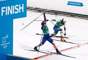 Η στιγμή που η Τζέσικα Ντίγκινς τερματίζει μπροστά από την Σουηδή αντίπαλό της και γίνεται η πρώτη αμερικανίδα που κατακτά το χρυσό μετάλλιο στο κρος κάντρι σκι.