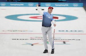 Η ανδρική ομάδα των Ηνωμένων Πολιτειών νίκησε τον Καναδά των τριών χρυσών ολυμπιακών μεταλλίων και πήρε την πρόκριση για τον τελικό κόντρα στη Σουηδία, για πρώτη φορά στην ιστορία του κέρλινγκ.