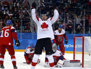 Δεκαέξι μήνες μετά τον σοβαρό τραυματισμό του στον αυχένα, ο Καναδός Βόζτεκ Βόλσκι έκανε τη μεγάλη επιστροφή, φορώντας τη φανέλα του Καναδά στο χόκεϊ επί πάγου. Εδώ, πανηγυρίζει το γκολ που πέτυχε κόντρα στην Τσεχία.