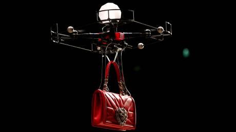 Εβδομάδα Μόδας: τα drones με τσάντες είναι στη μόδα για τους Dolce & Gabbana