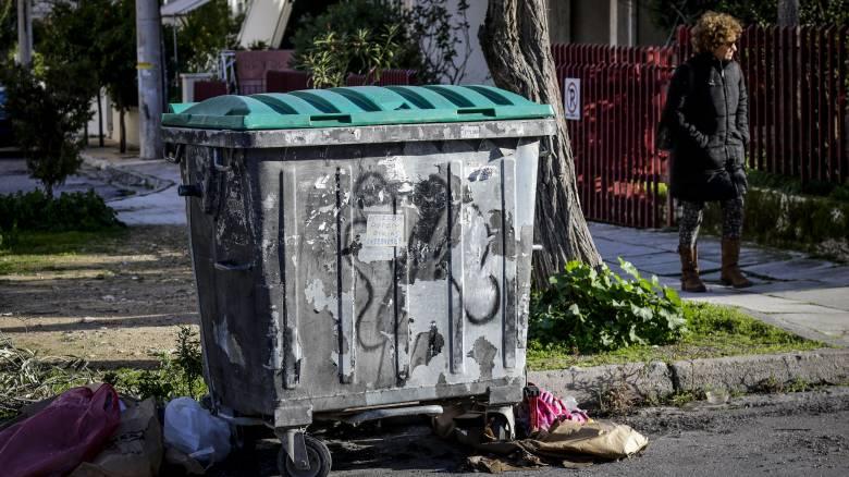 Βίντεο-ντοκουμέντο: Η στιγμή που ένας άντρας πετά το νεκρό βρέφος στα σκουπίδια
