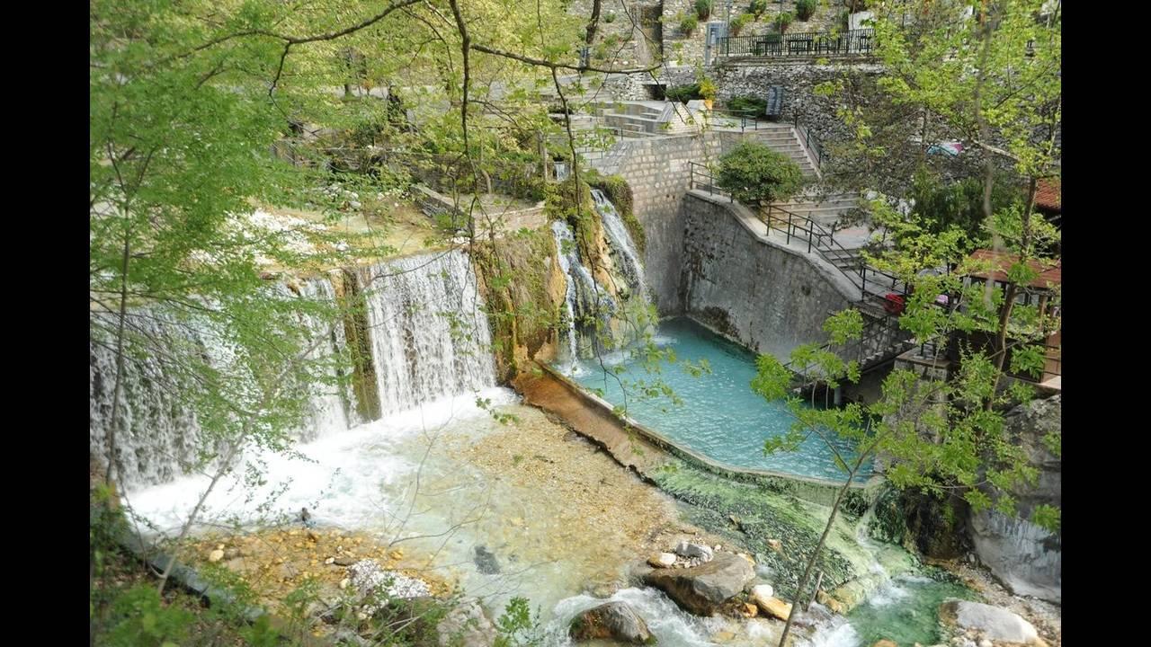Πηγές Πόζαρ – Λουτράκι Αριδαίας: Τα Λουτρά Πόζαρ βρίσκονται ακριβώς στους πρόποδες του όρους Καϊμάκτσαλαν, μόλις λίγα χιλιόμετρα από τα Ελληνοσκοπιανά σύνορα. Τα ιαματικά νερά, έχουν σταθερή θερμοκρασία στους 37 βαθμούς Κελσίου, καθώς δημιουργούν ένα μονα
