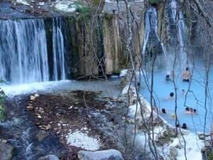 Πηγές Λουτρακίου – Κορινθία: Μόλις 80 χλμ από την Αθήνα βρίσκονται οι πηγές του Λουτρακίου. Στους πρόποδες των Γερανείων, η Κορινθία έχει την αρχαία πόλη των Θερμών (το σημερινό Λουτράκι). Οι γνωστές από αρχαιοτάτων χρόνων θεραπευτικές ιδιότητες των νερών