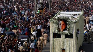 Το τελευταίο αντίο στη σταρ του Bollywood Σρίντεβι Καπούρ