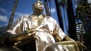 Χάρβει Γουάινστιν: εποπτεύει τα Όσκαρ ως άγαλμα με πριαπισμό στο Χόλιγουντ