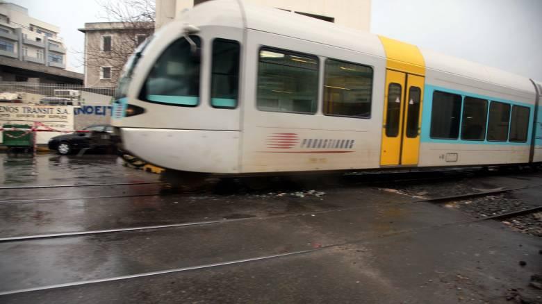 Σύγκρουση τρένου με αυτοκίνητο στον Άγιο Στέφανο - Τραυματισμένος ο οδηγός του ΙΧ