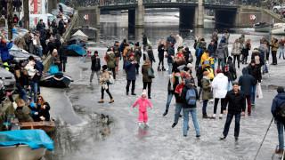 Πατινάζ στα παγωμένα κανάλια του Άμστερνταμ