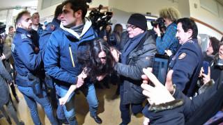 Εκλογές Ιταλία: Επεισοδιακή η ψήφος του Σίλβιο Μπερλουσκόνι