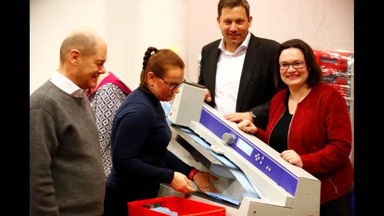 https://cdn.cnngreece.gr/media/news/2018/03/04/120146/photos/snapshot/2018-03-03T202525Z_87825565_UP1EE331KQDPO_RTRMADP_3_GERMANY-POLITICS-SPD.jpg