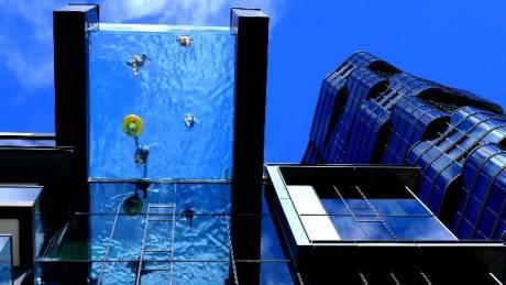 Μία πισίνα με γυάλινο πάτο και σε ύψος… 23 μέτρων
