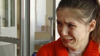 Έχει απώλεια μνήμης και κλαίει κάθε φορά που της θυμίζουν ότι χώρισε