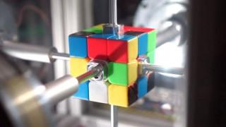 Ρομπότ λύνει τον κύβο του Ρούμπικ σε… 0,38 δευτερόλεπτα