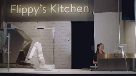 Ο Flippy, το ρομπότ-ψήστης παύθηκε από τη δουλειά του στο εστιατόριο φαστ φουντ