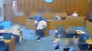 ΗΠΑ: Κατηγορούμενος ορμά σε μάρτυρα και δέχεται πυρά μέσα στο δικαστήριο