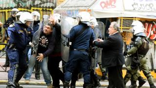 Ένταση έξω από συμβολαιογραφικό γραφείο στα Εξάρχεια - Πέντε τραυματίες και τρεις συλλήψεις