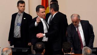 πΓΔΜ: Ύβρεις, ένταση και… μπουγέλο σε συνεδρίαση της Βουλής για την υπερψήφιση νομοσχεδίου
