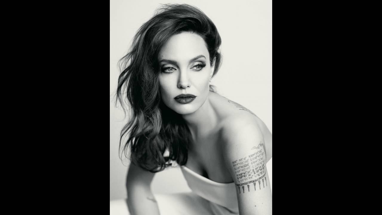 https://cdn.cnngreece.gr/media/news/2018/03/19/122231/photos/snapshot/Angelina-Jolie-Guerlain-Photoshoot02.jpg