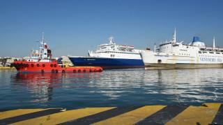 Γυναίκα ανασύρθηκε από το λιμάνι του Πειραιά χωρίς τις αισθήσεις της