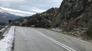 Κατολίσθηση στο Μέτσοβο: Αποκολλήθηκαν μεγάλοι βράχοι και «εξαφάνισαν» το οδόστρωμα