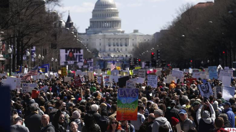 «Ποτέ ξανά»: Χιλιάδες κατέκλυσαν τους δρόμους των ΗΠΑ κατά της χρήσης όπλων