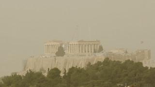 Αποπνικτική η ατμόσφαιρα στην Αθήνα από την αφρικανική σκόνη
