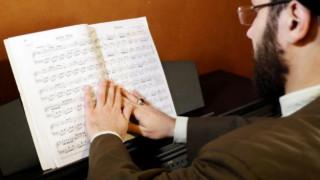 Οργή για μουσουλμάνο ιερωμένο: έπαιξε κλασική μουσική στο πιάνο φορώντας τουρμπάνι