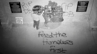 Βανδάλισαν άγαλμα του David Bowie ως διαμαρτυρία για τους αστέγους