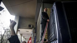 Συγκέντρωση κατά των πλειστηριασμών: Με σκάλα επιχείρησε να ανέβει σε κλούβα ο Λαφαζάνης