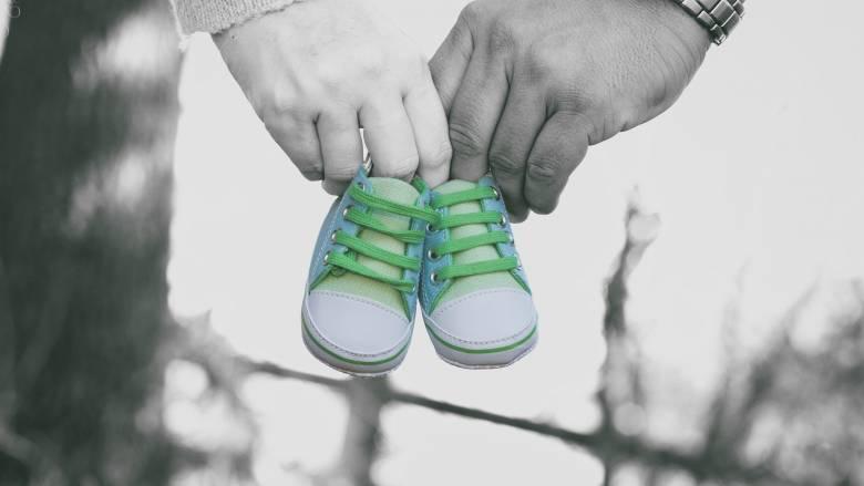 Eurostat: Οι Ελληνίδες γεννούν λιγότερα παιδιά, σε μεγαλύτερη ηλικία
